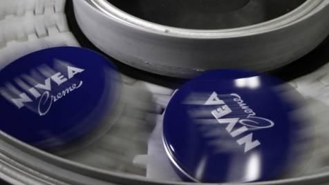 Nivea-Dosen in der Produktion des Chemiekonzerns Beiersdorf
