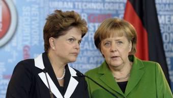 Merkel (r.) und Rousseff spannen zusammen (Archiv)