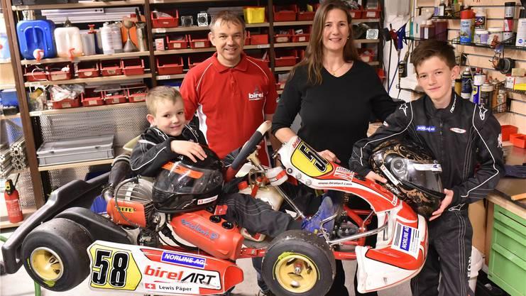 Die Familie Päper in ihrer Werkstatt: Nesthäkchen Lewis, Thomas und Sandra und Leon vor zwei Jahren.