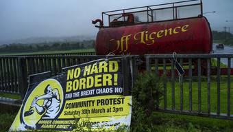 Ein Schild auf der nordirischen Seite der Grenze. Die Grenzfrage ist zur Gretchenfrage für den Austritt der Engländer aus der EU geworden.