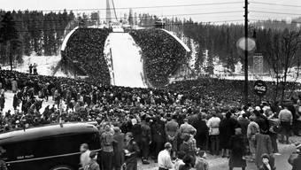 Volksfest am Holmenkollen: Mehr als 130 000 Zuschauer verfolgten das olympische Skispringen 1952. Key
