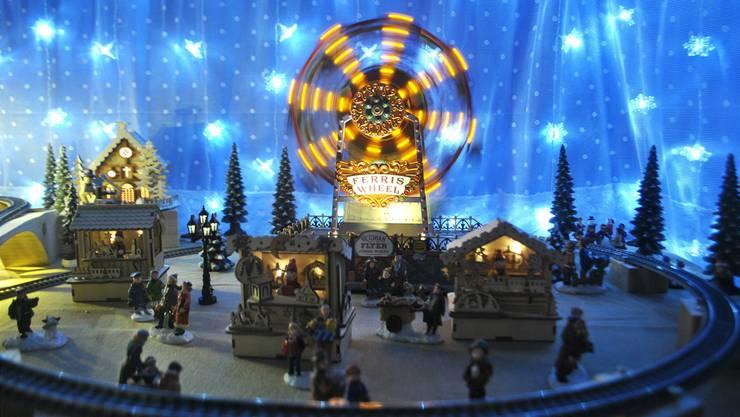 Ein Weihnachtsmarkt mit Riesenrad ziert das Adventsfenster von Mäggi und Hans Schmid in Möhlin.