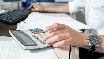 Um die Ausgaben einzudämmen, sind fürs nächste Jahr keine Lohnerhöhungen in der Gemeindeverwaltung vorgesehen. (Symbolbild))