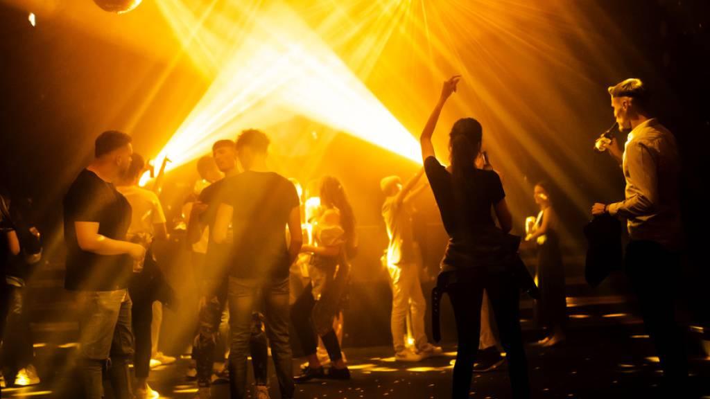Jugendliche in Feierlaune: In Genf hat der Spass ein Ende. Der Kanton hat die Schliessung der Clubs angeordnet. (Symbolbild)