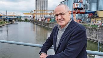 «Meine grosse Liebe ist die Schifffahrtspolitik», sagt Claude Janiak vor dem Hafenbecken 2 in Basel.