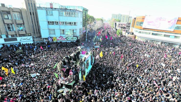 Der Trauerzug von General Soleimani und weiteren Getöteten. «Klar sind die Leute wütend», sagt Hormat Abbaszadeh. «Das Vertrauen wurde verletzt.»