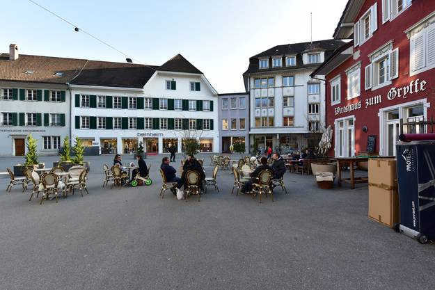 Die Kinoleinwand wird vor dem Bernheim-Gebäude installiert.