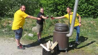 Am Bier brauen: Patrick Rime, Raphael Jutzeler und Raphael Felder (von links).
