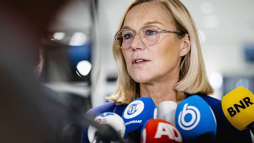 Sigrid Kaag, Außenministerin der Niederlande, spricht mit Journalisten. Kaag ist nach scharfer Kritik des Parlaments an der gescheiterten Afghanistan-Evakuierung am 16. September 2021 zurückgetreten. Foto: Sem Van Der Wal/ANP/dpa