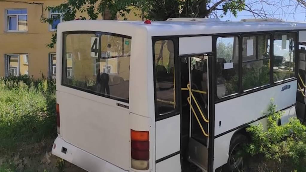 HANDOUT - Das Standbild aus einem Video zeigt den Bus, der zuvor aufgrund defekter Bremsen in eine Haltestelle mit wartenden Menschen gefahren war. Sechs von ihnen starben. Fünf weitere Menschen wurden bei dem Unglück  verletzt, wie die Ermittler mitteilten. Foto: Investigative Committee/TASS/dpa