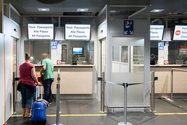 Es kann zu langen Wartezezeiten an der Passkontrolle kommen.