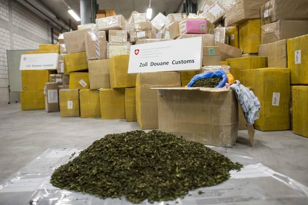In knapp 500 Postpaketen wurden 4'442 Kilogramm Khat sichergestellt.