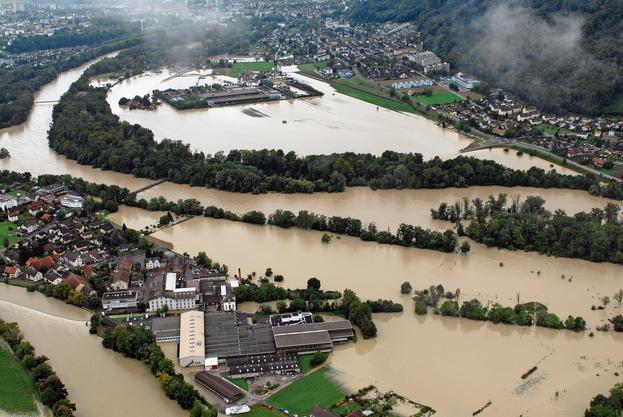Hochwasser 2007 – Land unter im Wasserschloss: Das Hochwasser vom 9. August 2007 hat weite Teile des Aargaus unter Wasser gesetzt. Das Bild zeigt die damalige Situation beim Wasserschloss in Brugg und Lauffohr, wo Aare, Reuss und Limmat zusammenfliessen.