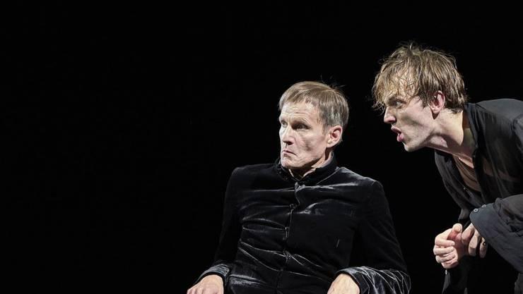 Hamlet (Jan Bülow, rechts) klagt seinen Onkel Claudius (Markus Scheumann) des Mordes an seinem Vater an. Die Premiere unter der Regie von Barbara Frey fand am 13. September 2018 am Zürcher Pfauen statt.