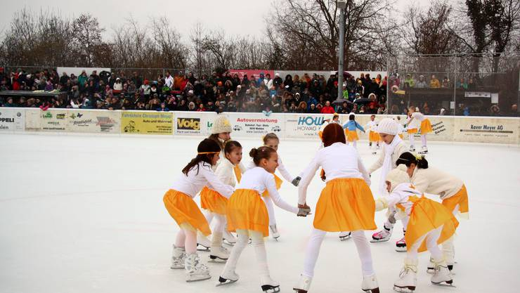 Die 1. Sternli eröffneten das Schaulaufen mit Unterstützung der älteren Eiskunstläuferinnen.