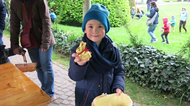 Tim freute sich über den Lindt Goldhasen.