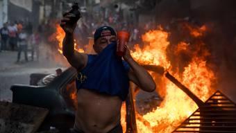In Caracas flammen seit Tagen immer wieder schwere Krawallen auf.
