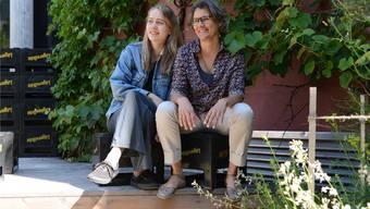 Sarina Schmid (l.) und Sue Luginbühl freuen sich auf die Konzerte im Garten des Kulturhauses Odeon. Barbara Scherer