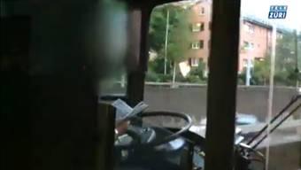 Zürcher Busfahrer liest ein Buch während der Fahrt