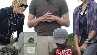 Madonna mit leiblicher Tochter Lourdes (rechts) und Adoptivtochter Mercy