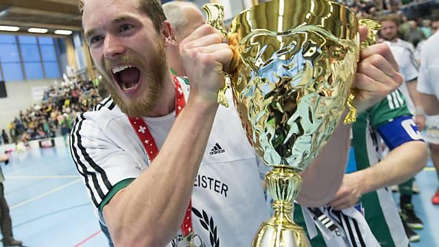 Der Schwede Isaac Rosén mit dem Meisterpokal