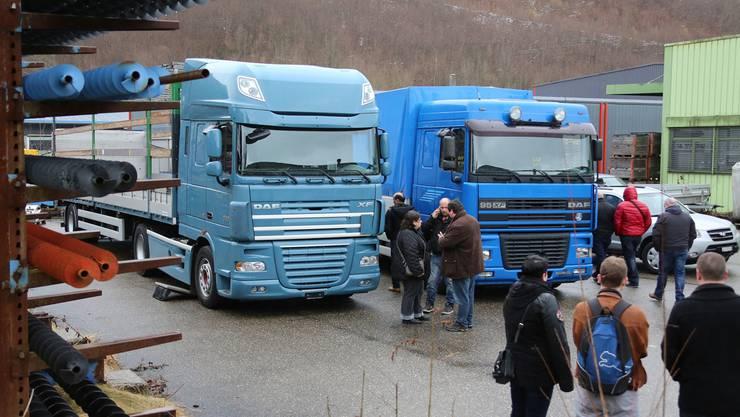 Eine Stunde vor Beginn der Versteigerung konnten die Fahrzeuge von Interessierten begutachtet werden. HR. Aeschbacher