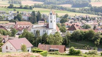 Der Kirchturm in Lengnau steht mitten in der Wohnzone und soll zu einem 5G-Sendeturm aufgerüstet werden.