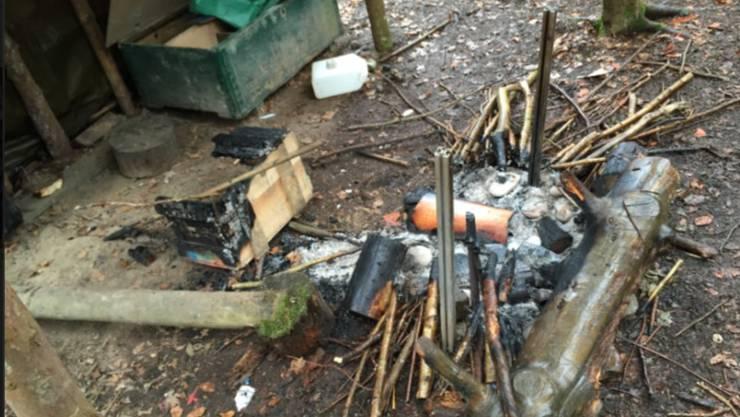 Objekte weisen Brandspuren auf.