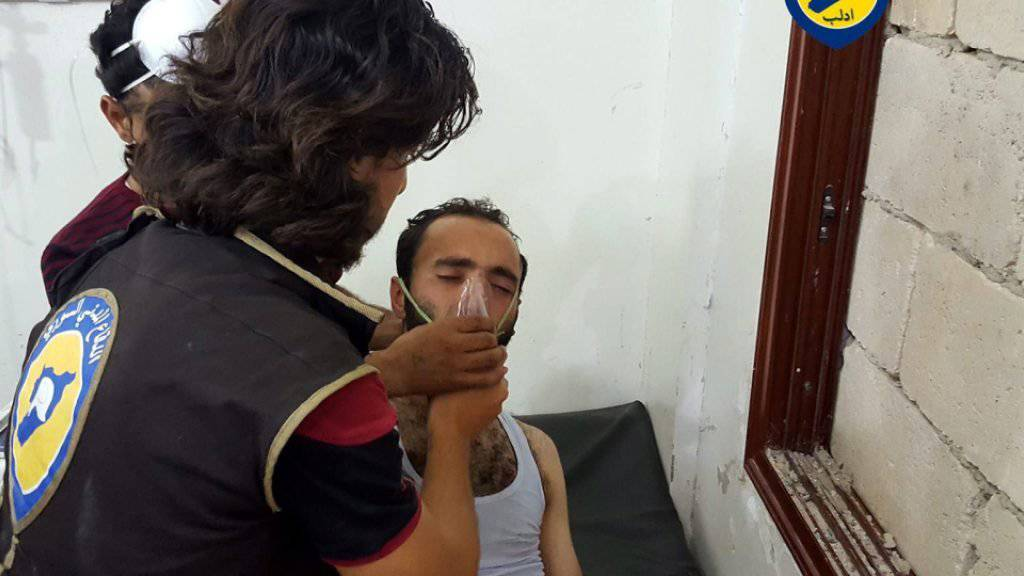 Sanitäter behandeln in der syrischen Provinz Idlib einen Mann, der von einem Chlorgasangriff getroffen worden sein soll. (Archivbild)