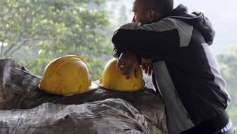 Ein Arbeiter des betroffenen Bergwerks wartet ausserhalb der Mine