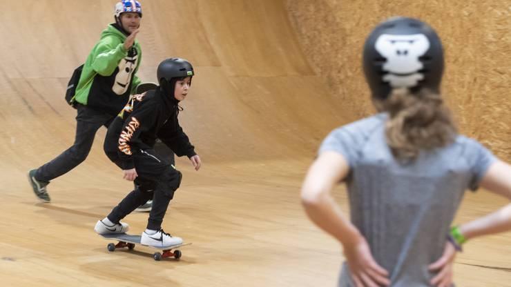 Skateboard. Eine Klasse aus Urdorf nimmt an einem Freestyle-Sport-Workshop im Skills Park Winterthur teil, 27. November 2018.