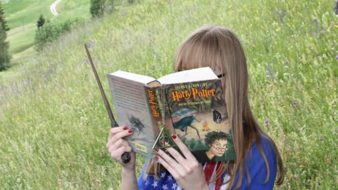 Echte Leseratten frönen ihrem Hobby auch während der WM. Foto: ho