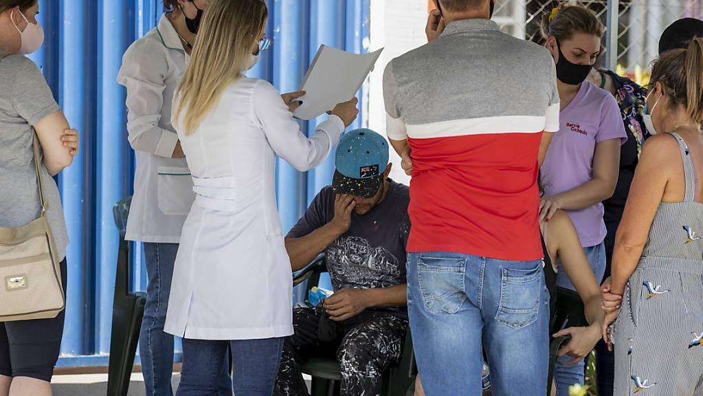 Angehörige versammeln sich vor der Kinderkrippe nach einer bewaffneten Attacke. Foto: Liamara Polli/AP/dpa