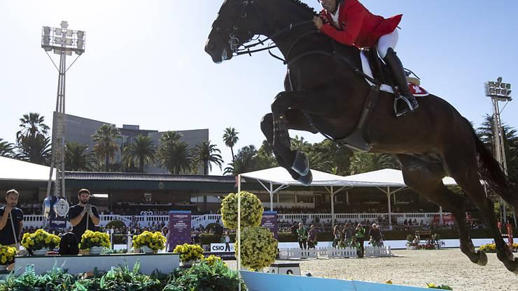 Arthur Gustavo de Silva und Inonstop springen über den Wassergraben.