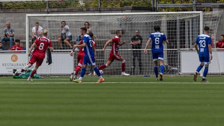 Christopher Teichmann trifft per Penalty zum 1:0 und dreht jubelnd ab.