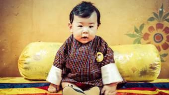 """Lächelt sich in die Herzen seines Volkes: Bhutans sechs Monate alter Kronprinz Jigme N. Wangchuck. Der kleine Drachenprinz wurde vom stolzen Vater, dem """"Drachenkönig"""" Jigme Khesar Namgyal Wangchuck, höchstpersönlich fotografiert."""