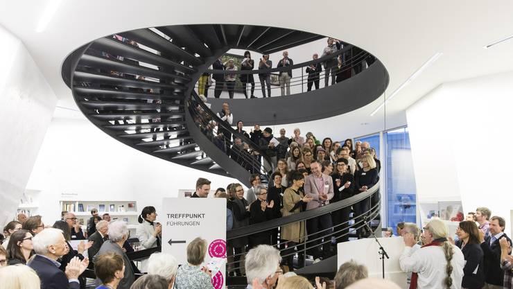 """Besucher der Eröffnung der Ausstellung """"Blumen für Kunst"""" am 5. März 2018 im Aargauer Kunsthaus in Aarau."""