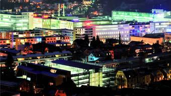 Lichtermeer: Industrieareal Baden Nord in der Nacht.