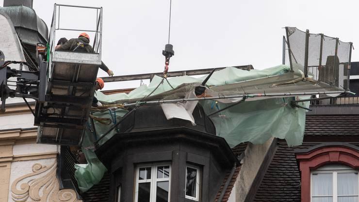 Der Sturm «Lolita» hat auf dem Dach des Hotel Mr. Pickwick in Luzern ein Baugerüst verschoben. Es musste mit zwei Kränen geborgen werden.