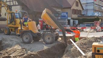 Gleichzeitig mit dem Teerbelag werden auch die Werkleitungen erneuert. lbr