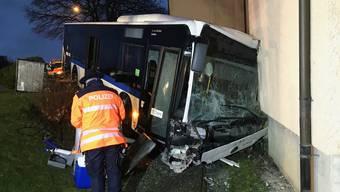 Der 64-jährige Chauffeur sowie zwei 74-jährige Passagiere wurden dabei leicht bis mittelschwer verletzt.