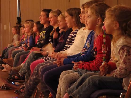 Die Kinder können kaum stillsitzen, sie fiebern richtig mit den Figuren auf der Bühne mit