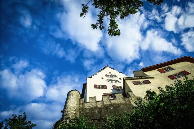 Kühle Lenzburger Schlossmauern.