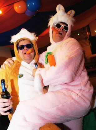 Michael Blattmann (links) und Pascal Schlapp freuen sich sichtlich am Hasendasein mit Rüebli und Bier