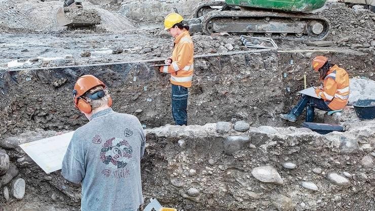Das Grabungsteam hat interessante Entdeckungen gemacht. Die Reste eines Kachelofens.