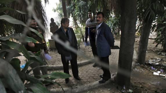 Indische Ermittlungsbeamte untersuchen den Tatort