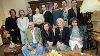 """Katja Früh ist die Erfinderin der TV-Serie """"Lüthi und Blanc"""". Hier präsentiert sie sich 1999 zusammen mit den Schauspielerinnen und Schauspielern. Früh sitzt in der vorderen Reihe (2.v.l.). (Archiv)"""