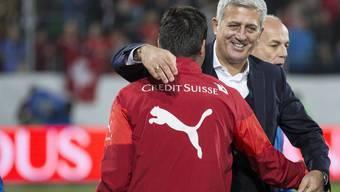 Der Schweizer Nati-Trainer Vladimir Petkovic freut sich mit seiner Mannschaft über die EM-Qualifikation.