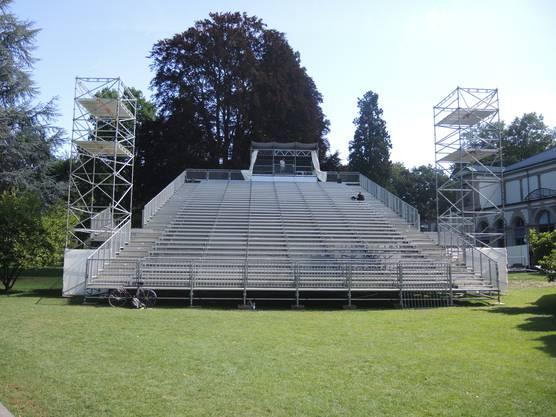 Im Kurpark lässt das Freilichtspektakel 2000 Jahre Geschichte Revue passieren. Die Tribüne bietet 850 Gästen Platz.