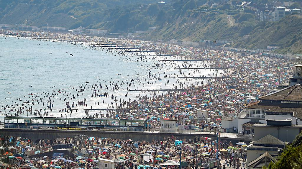 Menschenmengen am Strand des Seebades Brighton. Foto: Andrew Matthews/PA Wire/dpa